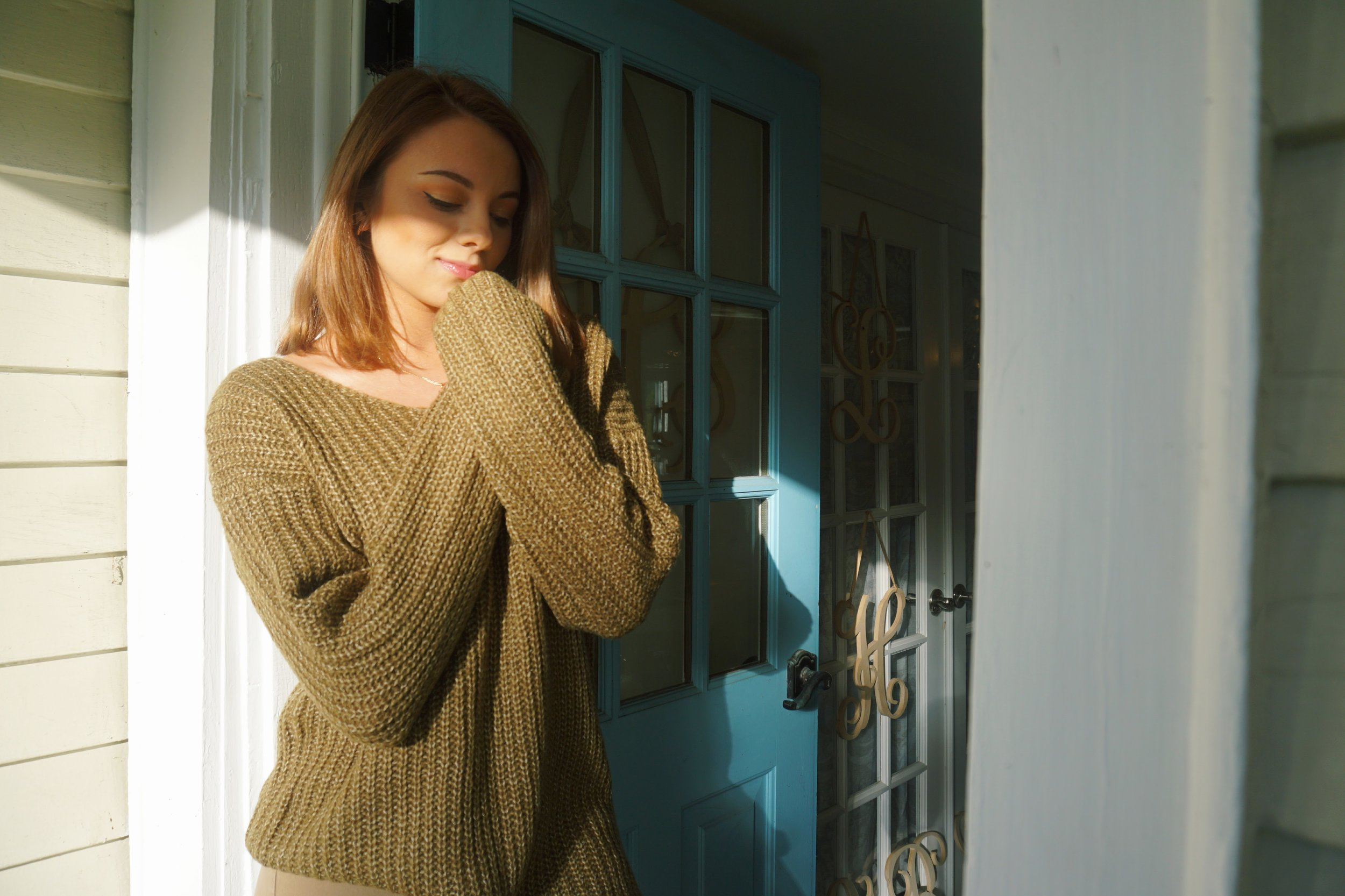 A blogger wearing a cozy oversized fall sweater.