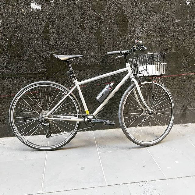 ~RIG$ of Momentum PT. 2~ Kaylas shogun metro. Notable features include laser guided rear light with 3 X mounting options, big basket for books and jobs, cool old sticker and v clean 1 X drivetrain. Al dente!