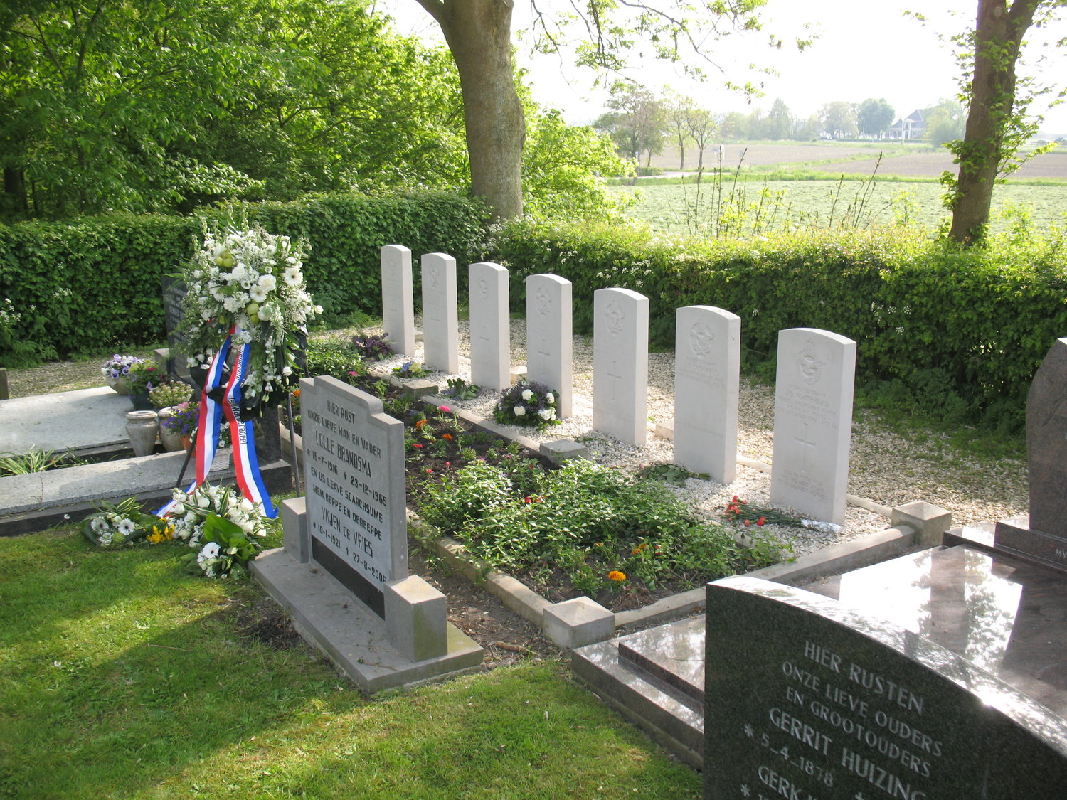 Jelsum+(Leeuwarderadeel)+10+-+right+side+overview+of+all+Allied+war+graves+overthere+(++flowers+etc.+of++May+4+Remembrance+Eve).JPG