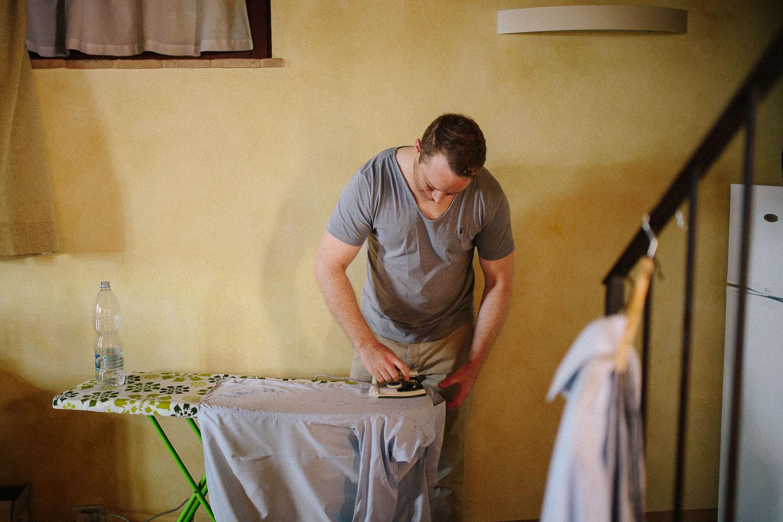 12-ironing-wedding-tuscany.jpg