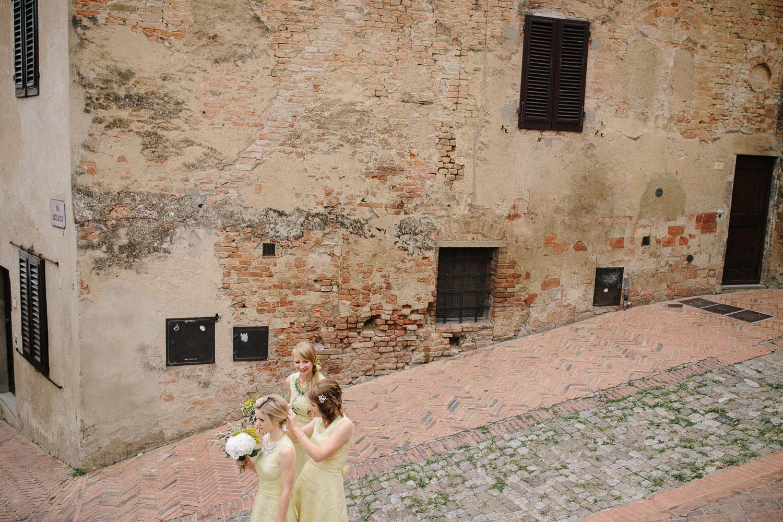 62-bridesmaids-in-certaldo.jpg