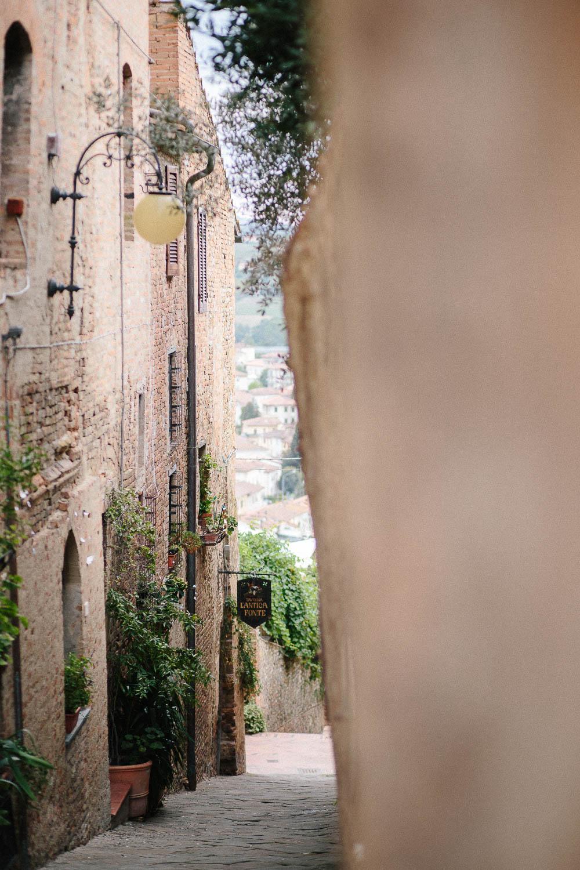 108-certaldo-street-wedding-in-tuscany.jpg
