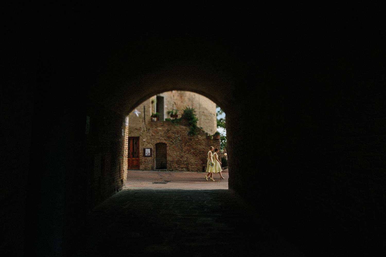 111-bridesmaids-in-certaldo-tuscany.jpg