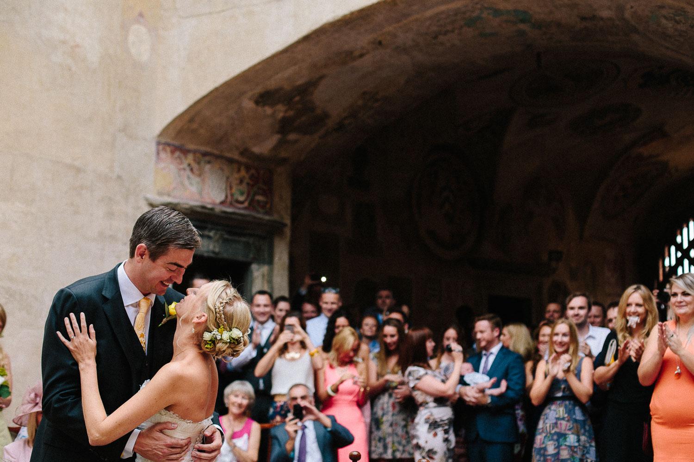 76-bride-groom-kissing-in-certaldo.jpg