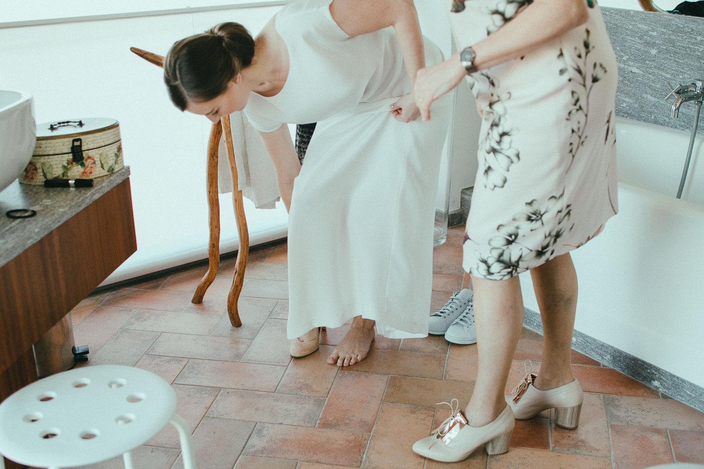 29-bride-getting-ready.jpg