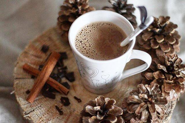 Je déclare la saison du chocolat chaud officiellement ouverte 🍶 _____ __ I officially declare, hot chocolate season is now OPEN ☕️ . . . . . #hotcocoa #chocolatchaud #sundaynight #cuisinemaison #almondmilk #winter #spices #epices #epicesdenoel #france #grenoble #home #faitmaison #comfort #relax#warm #drinks #boissonchaude #chocolat #classic #cosy #alafolie #tradition #gourmandise #foodphotography #stylismeculinaire #winterseason #pursuepretty