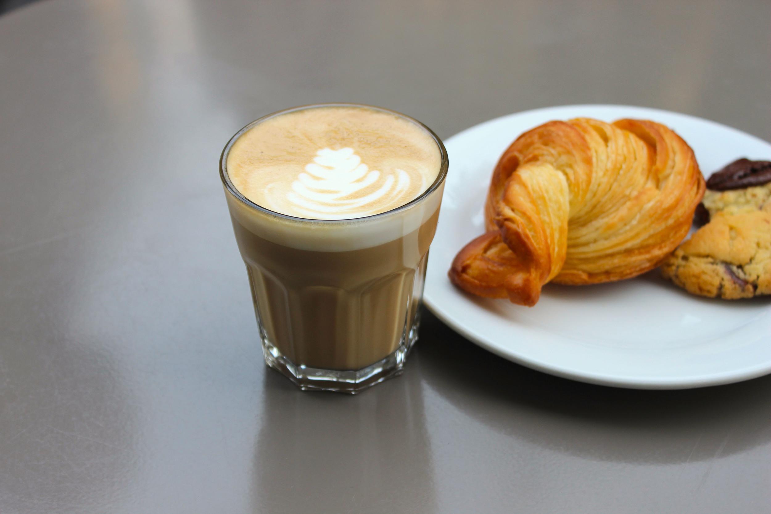 Café Cortado et croissant.jpg