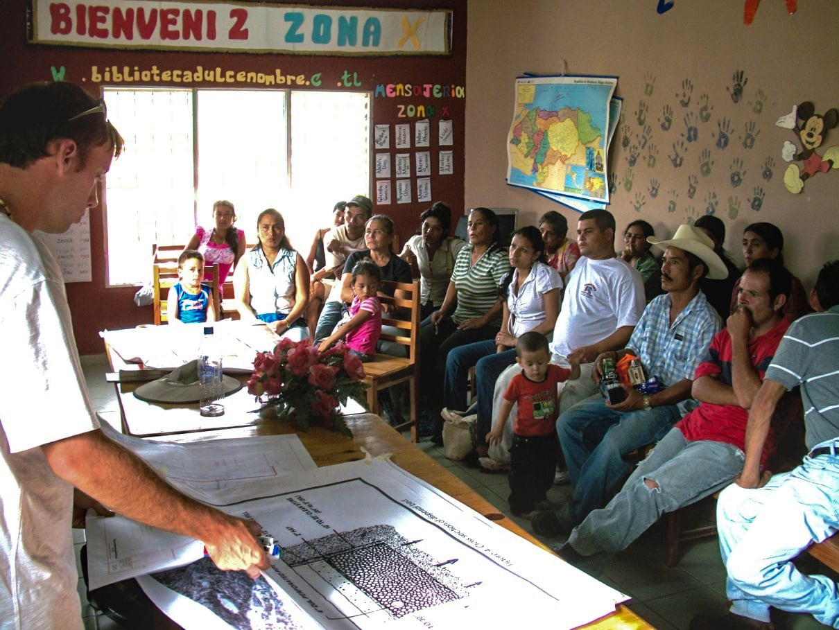 EWB Students explaining project to Dulce Vivir Community.