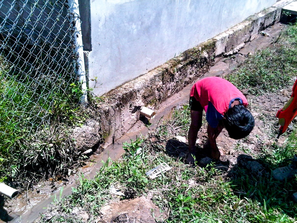 Child in Dulce Vivir playing in the open sewer drains.