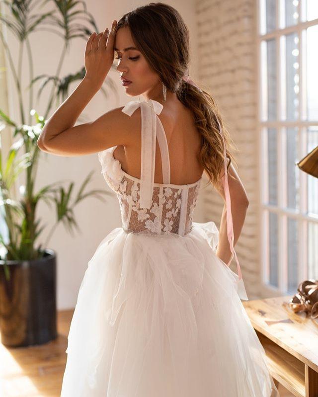 Ты не сможешь остаться равнодушной!😍 ⠀ Ленты, цветы и кружево создают единую мелодию роскошного #dress_Nika. В этом наряде чувствуешь себя настоящей красоткой, ведь он безупречно садится по фигуре.❣️ ⠀ Корсет в бельевом стиле вручную расшит цветами, бисером и кристаллами. В его основе – полупрозрачное кружево - паутинка. Обычные бретели мы заменили воздушными лентами – выглядит интересно и стильно.🌾 ⠀ В меру пышная юбка на завышенной талии вытягивает силуэт, а вшитый кристальный поясок очерчивает талию.💍 ⠀ 🔖54.500₽ Платье доступно в фирменных бутиках @dream_and_dress.♥️ Скорей пиши в Direct, чтобы узнать наличие размеров и записаться на примерку. 🙌🏻Количество ограничено.