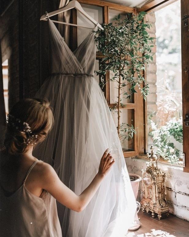 Мы в абсолютном восторге❣ ⠀ Наша невеста создала прекрасный образ с волшебным #dress_Quarz.🙌🏻 Наряд в необычном сером оттенке выполнен на мягкой безкорсетной основе. Спинка и декольте вручную украшены листьями и бисером.✨ ⠀ Нижний слой юбки – из гладкой струящейся ткани, верхний – из фактурного воздушного фатина. ⠀ Платье доступно в разнообразных оттенках, палитру которых ты найдёшь на нашем сайте.🎨 Также по твоему желанию мы можем изменить длину наряда и декор. ⠀ 🔖41.800₽. Пиши в Direct, чтобы забронировать окошко на примерку.💌
