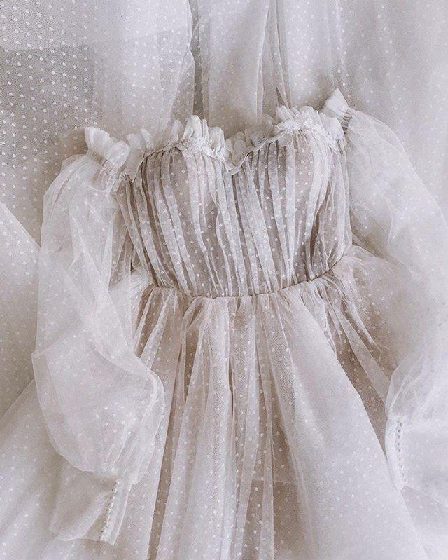 Энергетику #dress_Ester можно ощутить даже через фото!😍 ⠀ Мягкий корсет, стильная сетка в мушку, цветочные аппликации, выполненные вручную и супер воздушные рукава.❤️ Разве можно остаться равнодушной? ⠀ Этот наряд идеален для осенней свадьбы, благодаря своему настроению и цвету. Представь, как красиво будет смотреться этот молочный оттенок на фоне золотисто-красной гаммы.🍁 В качестве букета советуем выбрать сезонные цветы и листья, а образ дополнить небрежным пучком и аксессуарами в винтажном стиле.💍 ⠀ Всего несколько нарядов в наличии. Запись на примерку и больше деталей - в Direct.💌 🔖49.900₽.