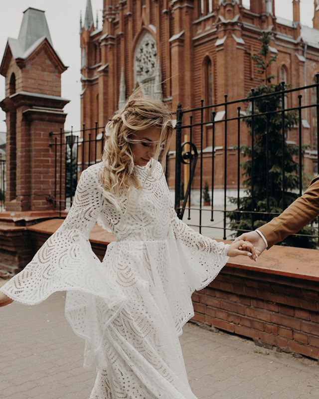 Вдохновляемся вместе с @dream_and_dress!🙌 ⠀ В очередной раз убеждаемся, что наши невесты — самые стильные и смелые. Они готовы к любым экспериментам и разнообразным необычным образам.🔥 ⠀ Смотри, какая красота на фото: #dress_Vanessa, ковбойские сапоги в насыщенном коричневом оттенке, небрежная прическа и этнические украшения. Перфорированное кружево наряда прекрасно сочетается с рисунком на сапогах, все цвета подобраны идеально и даже веточка хлопка сыграла свою роль. Каждая деталь составляет единую уникальную гамму.😍 ⠀ Мечтаешь сделать и свой свадебный образ уникальным? Обращайся к нам.❣ Стилисты Dream and Dress не только помогут тебе выбрать платье из нашего большого ассортимента, но и дадут дельные советы по поводу выигрышных сочетаний. ⠀ 🔖35.000₽. ⠀