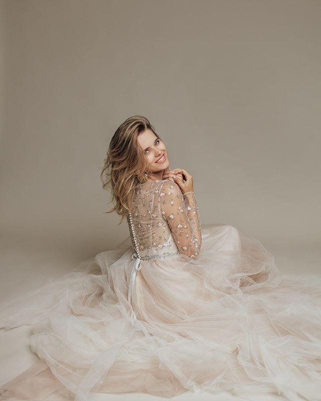Предложение руки и сердца сделано, теперь дело за самым главным – выбором свадебного наряда.😍 Для тебя у нас есть невероятно нежное #dress_Lara. ⠀ Платье состоит из двух частей: нижней комбинации и верхнего наряда. Его лиф полностью расшит деликатной цветочной вышивкой, спинка украшена длинным рядом молочных пуговок.🙌🏻 ⠀ Талия акцентирована вшитым бархатным поясом, а юбка заслуживает отдельного внимания. Пожалуй, она одна из самых пышных и воздушных, которые когда-либо создавал @dream_and_dress.❣ ⠀ Желаешь примерить? Записывайся на примерку!💌 Свободных окошек совсем мало. 🔖38.200₽.