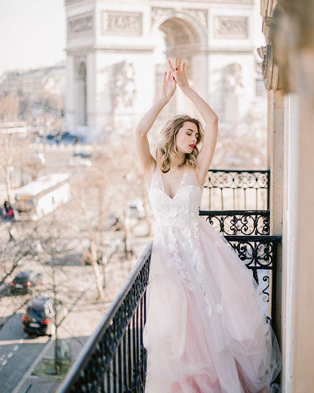 Мы как никто понимаем твои желания.🙌🏻 ⠀ Именно поэтому каждый день работаем над созданием новых платьев, ищем необычные формы, текстуры; работаем с большим количеством идей, воплощаем в жизнь даже самые смелые задумки.❣️ ⠀ Для нас важно быть частью твоего праздника, а не просто одеждой для невесты. Наряды от @dream_and_dress уникальны, ведь в них ты почувствуешь себя настоящей.💫 Не будет условностей и штампов, только ты, твоя любовь и платье мечты.♥️ ⠀ На фото – #dress_Jaklin. 🔖38.500₽. ⠀ Photo @kseniakuznetsovaphotography Model @daria_mikhalevich Mia and hair @marynagulevskaya.stylist