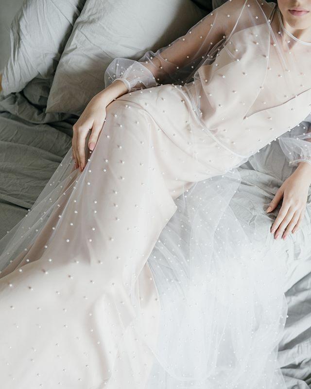 Сочетание струящейся ткани, жемчуга и  пастельных оттенков работает безупречно.🔥 ⠀ Наша любимая комбинация воплотилась в #dress_Gabriella. Спинка нижнего платья открытая, украшена диагональными тонкими бретелями. Вшитые внутрь лифа чашки избавят тебя от забот о выборе подходящего бюстгальтера.😉 Тончайшее верхнее платье из мягкой сеточки полностью расшито жемчужинами.✨ ⠀ Больше фото, а также интересные идеи свадебных образов – на нашем сайте. Переходи по ссылке в описании.🔥 ⠀ ❣️Количество нарядов ограничено. 🔖31.500₽.