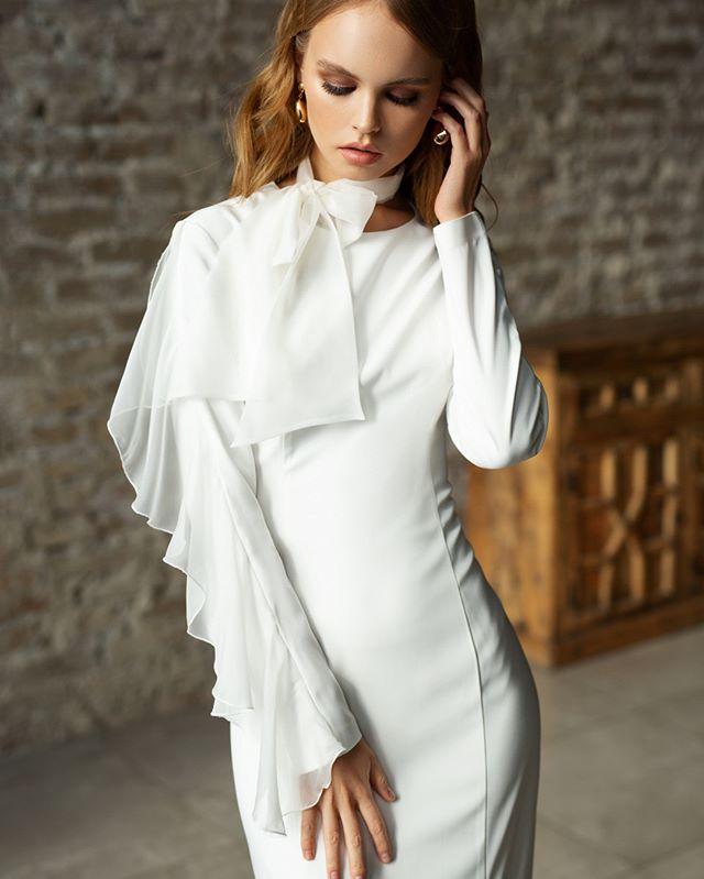 Когда хочешь чего-то стильного и элегантного – обрати внимание на силуэтные платья в благородном белом оттенке.💍 ⠀ Такие наряды мы называем современной классикой. В них сохранены лучшие свадебные тенденции 🙌🏻 ⠀ #dress_Pavla именно об этом: ничего лишнего. Идеальный аскетичный фасон дополнен летящей рюшей. Контрастные вытачки формируют правильный силуэт и визуально стройнят.❣️ ⠀ 🔖34.500₽. Ждём тебя в наших бутиках