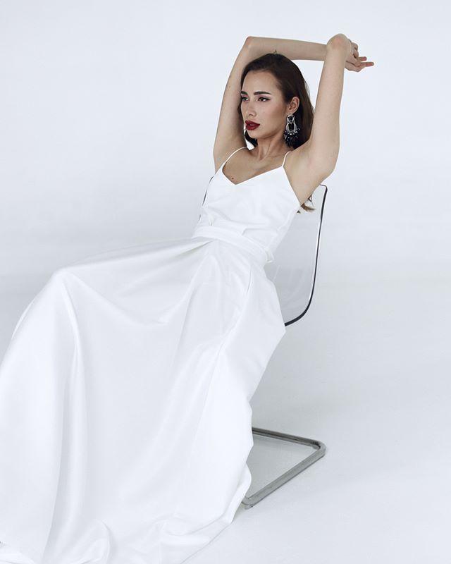 Если не веришь, что один свадебный наряд может выглядеть абсолютно по-разному, читай дальше.👇🏻 ⠀ Сегодня знакомим тебя с #dress_Aurora, которое на самом деле больше, чем просто платье.🔥 Это стильный комплект, который состоит из 2 топов и атласной юбки. Вариант в карусели – с шелковым топом – выглядит аскетично и сдержанно. Прекрасный вариант для невест, любящих минимализм. ⠀ Стоит добавить жемчужный топ – и сдержанный образ становится более мягким и романтичным.💕 Желаешь увидеть это преображение? Ставь ➕ в комментариях и наш стилист отправит тебе больше фото. ⠀ 🔖33.500₽.