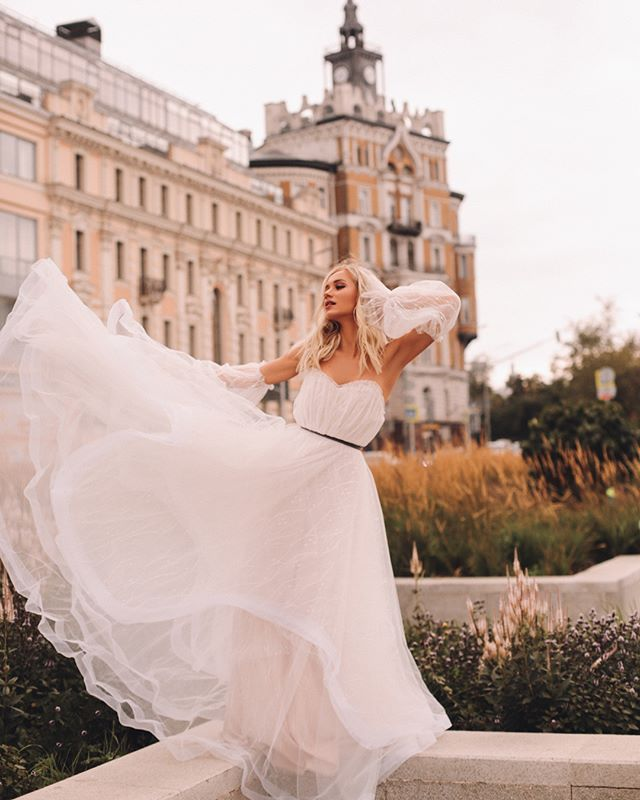 Какая она - современная невеста?💕 ⠀ В этой девушке все говорит о свободе и лёгкости. Она транслирует воздушность, гармонию и отказывается от предрассудков.💍 ⠀ Для неё свадебное платье – это часть образа, который сполна отражает её характер и не прячет за собой индивидуальность. ⠀ Лера @lera_protivpravil в #dress_Latona выглядит именно так.😍 Летящий наряд с открытым корсетом и отдельными рукавчиками полностью выполнен вручную.🙌🏻 ⠀ Верх платья украшен драпировкой.  Многоуровневая каскадная юбка из невесомой ткани обеспечивает свободу движений.💫 ⠀ Понравился наряд? Записывайся на примерку, отправив сообщение в Direct💌 ⠀ 🔖41.200₽.