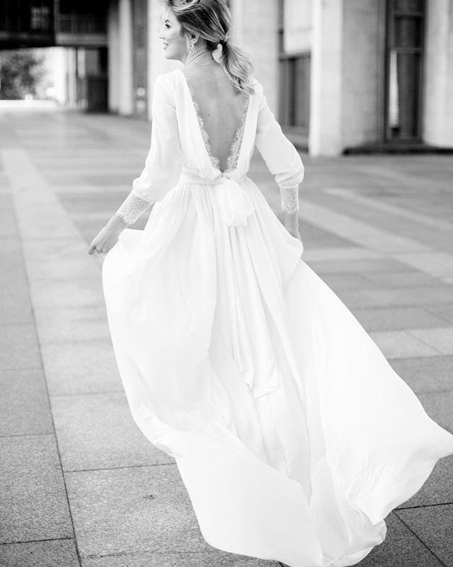 Сколько часов ты потратила на то, чтобы найти идеи для своего свадебного образа?🤯 ⠀ Социальная сеть Pinterest, в которой многие девушки часами ищут вдохновение, назвала самые популярные платья в разных странах.😍 Француженки выбирают короткие платья, а немки интересуются минималистичными нарядами. Австралийки тоже любят простоту, а вот японки обожают платья из натуральных тканей.🌾 ⠀ Британки мечтают о свадьбе на пляже, именно поэтому больше всего запросов на эту тему. Американки хотят классическое длинное платье, тогда как аргентинки стремятся подчеркнуть свои фигуры.💋 ⠀ Как думаешь, какие наряды больше всего любят девушки из России? Делись мнением в комментариях❣️ ⠀ На фото: #dress_Sakura. 🔖37.500₽.