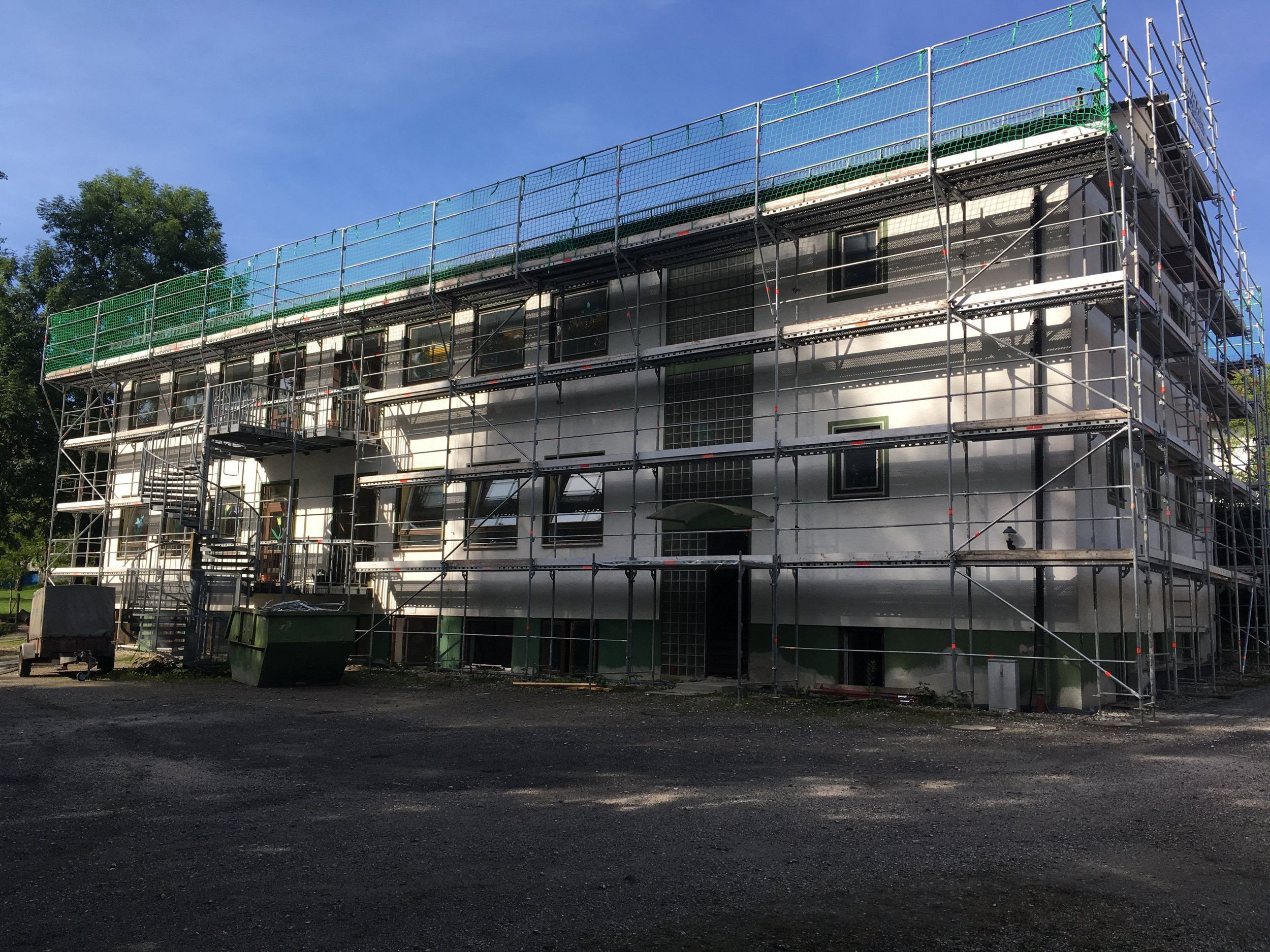 Das komplette Schulhaus wird eingerüstet.
