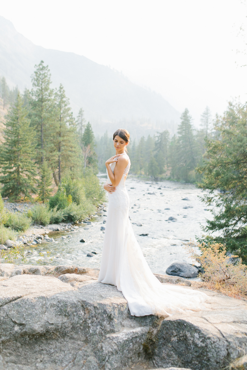 Grey and White Wedding in the Mountains of Leavenworth, Washington | Sleeping Lady | Classic and Timeless Wedding | VSCO | Stunning Mountain Top Bride and Groom Portraits on the Icicle River.jpg-3284.jpg