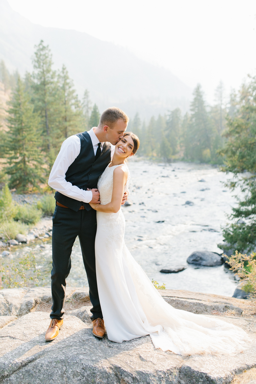 Grey and White Wedding in the Mountains of Leavenworth, Washington | Sleeping Lady | Classic and Timeless Wedding | VSCO | Stunning Mountain Top Bride and Groom Portraits on the Icicle River.jpg-3313.jpg