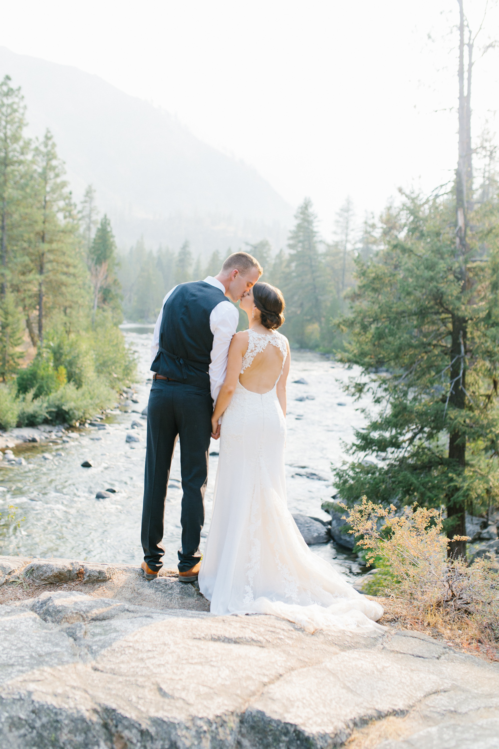 Grey and White Wedding in the Mountains of Leavenworth, Washington | Sleeping Lady | Classic and Timeless Wedding | VSCO | Stunning Mountain Top Bride and Groom Portraits on the Icicle River.jpg-3339.jpg
