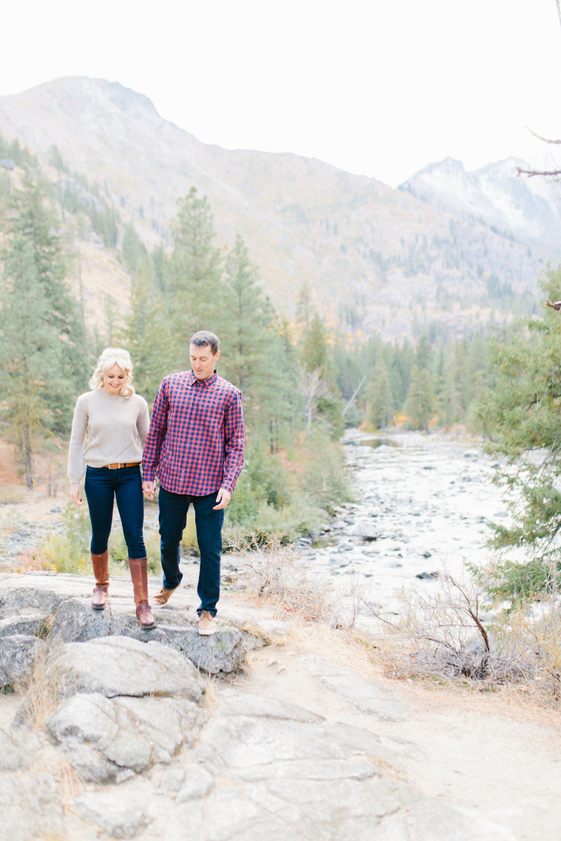 Romantic and Colorful Fall Engagement Session | Sleeping Lady Mountain Resort Leavenworth Wedding | Fall Session | What To Wear To Engagement Session | VSCO | Mountain Pictures