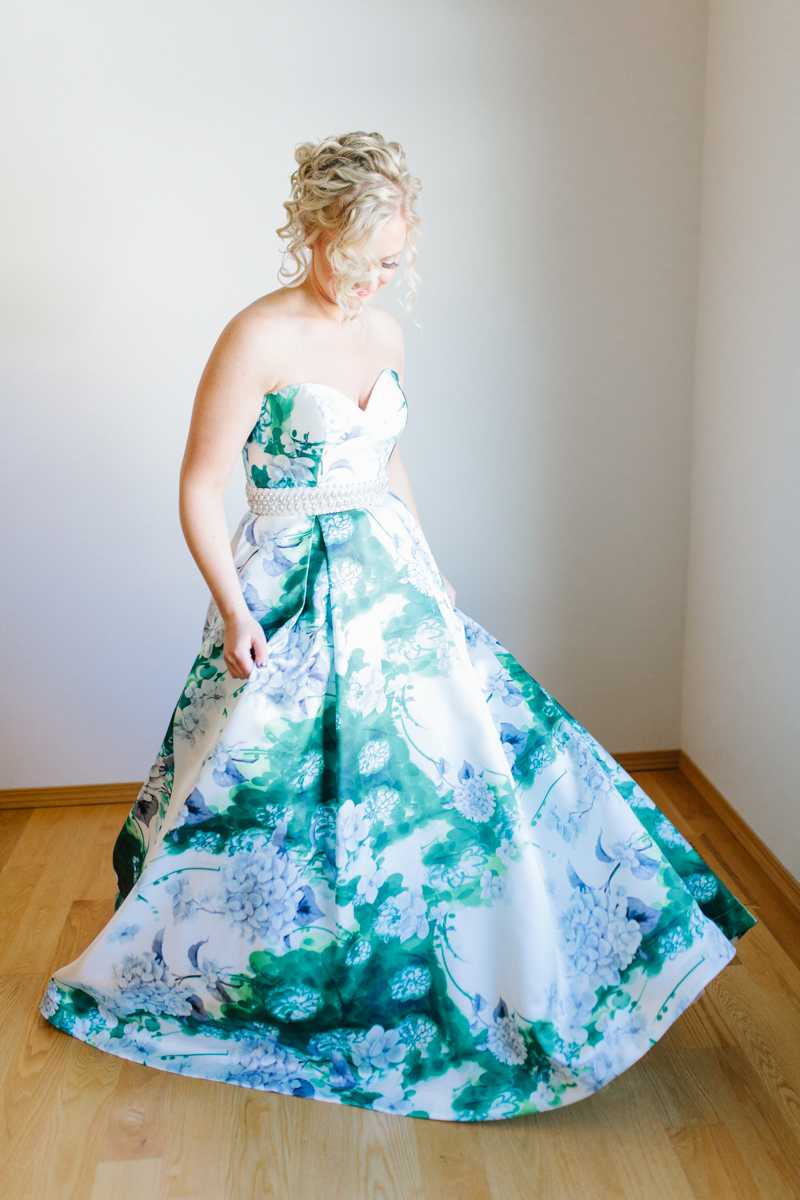 Stunning Fall Washington Wedding | PNW Wedding | Seattle Wedding Photographer Light and Airy | VSCO | Emma Rose Company Photography | Hydrangea Wedding Dress | Wedding Details | Non Traditional Wedding Gown-13.jpg