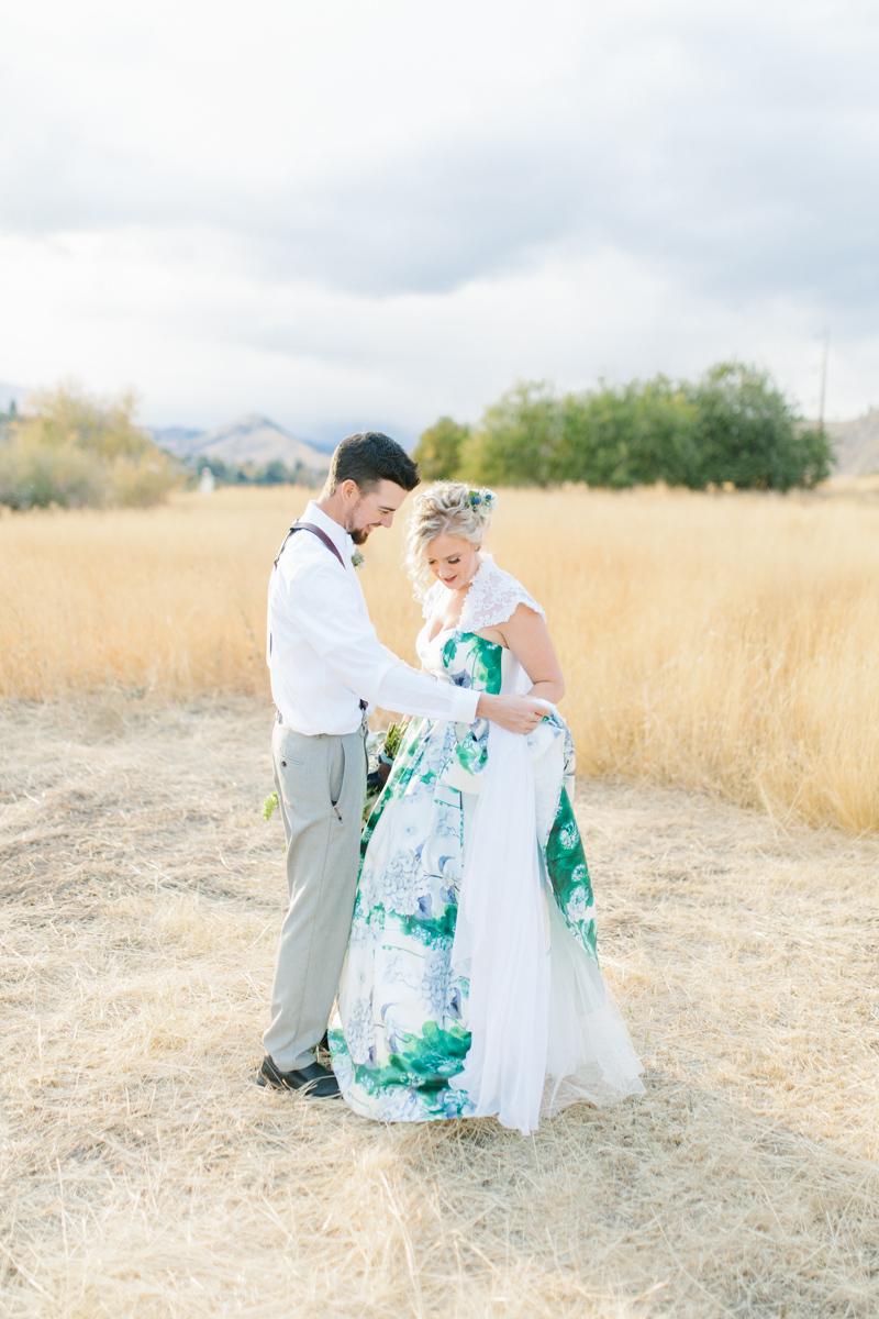 Stunning Fall Washington Wedding | PNW Wedding | Seattle Wedding Photographer Light and Airy | VSCO | Emma Rose Company Photography | Hydrangea Wedding Dress | Wedding Details | Non Traditional Wedding Gown-66.jpg