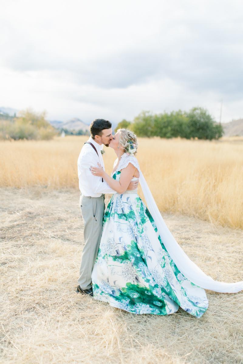 Stunning Fall Washington Wedding | PNW Wedding | Seattle Wedding Photographer Light and Airy | VSCO | Emma Rose Company Photography | Hydrangea Wedding Dress | Wedding Details | Non Traditional Wedding Gown-67.jpg