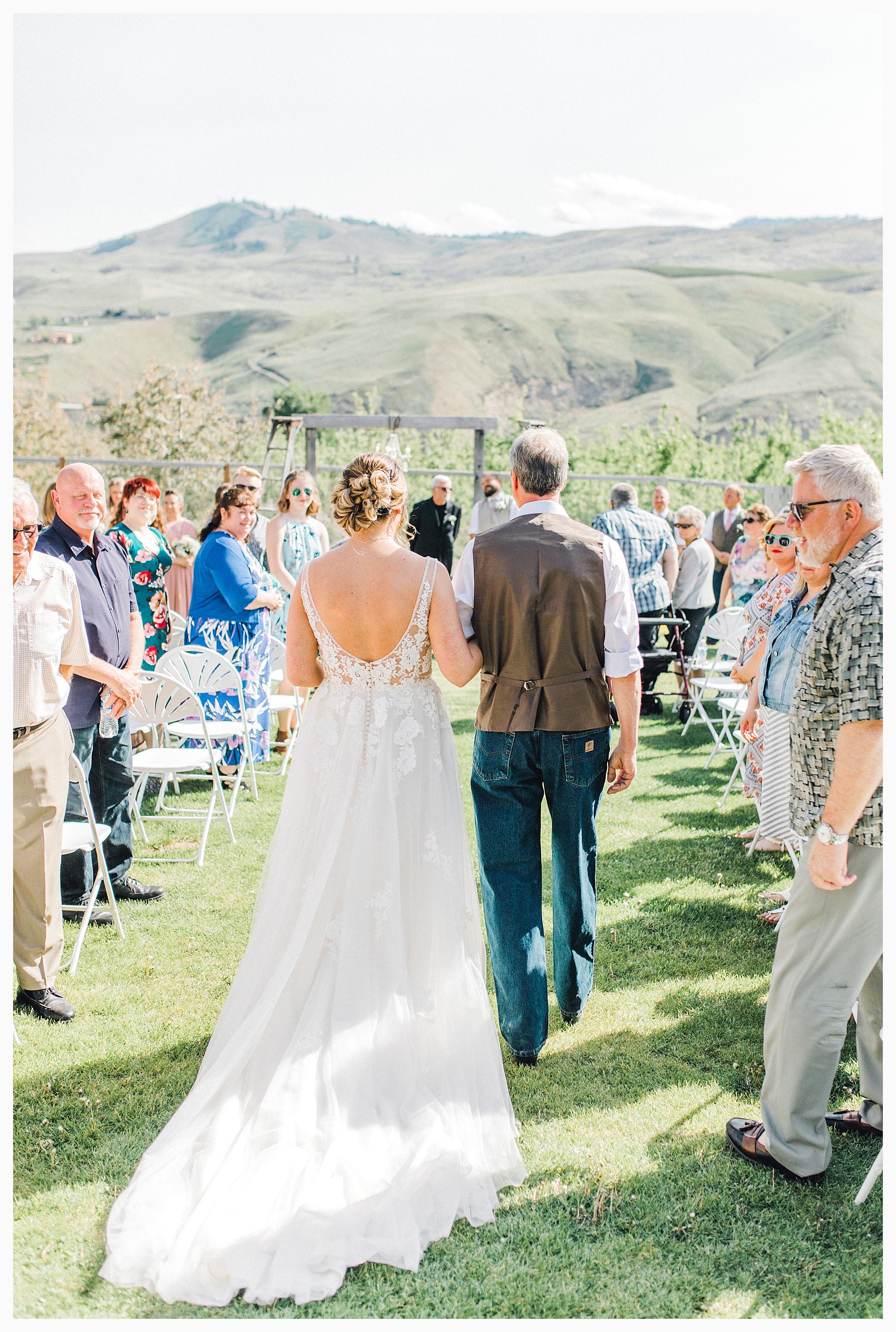 Rustic barn wedding in Wenatchee Washington at Sunshine Ranch on Easy Street, Emma Rose Company Seattle PNW Light and Airy Wedding Photographer_0060.jpg