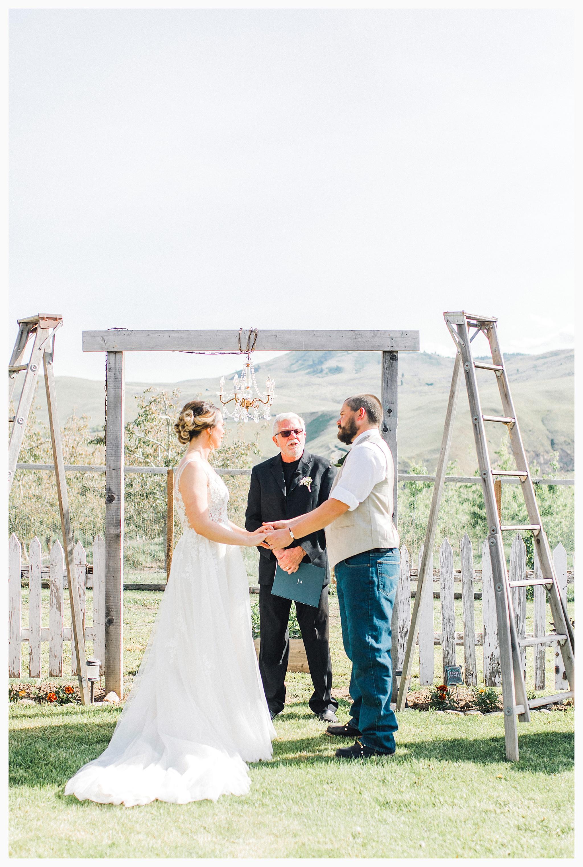 Rustic barn wedding in Wenatchee Washington at Sunshine Ranch on Easy Street, Emma Rose Company Seattle PNW Light and Airy Wedding Photographer_0062.jpg