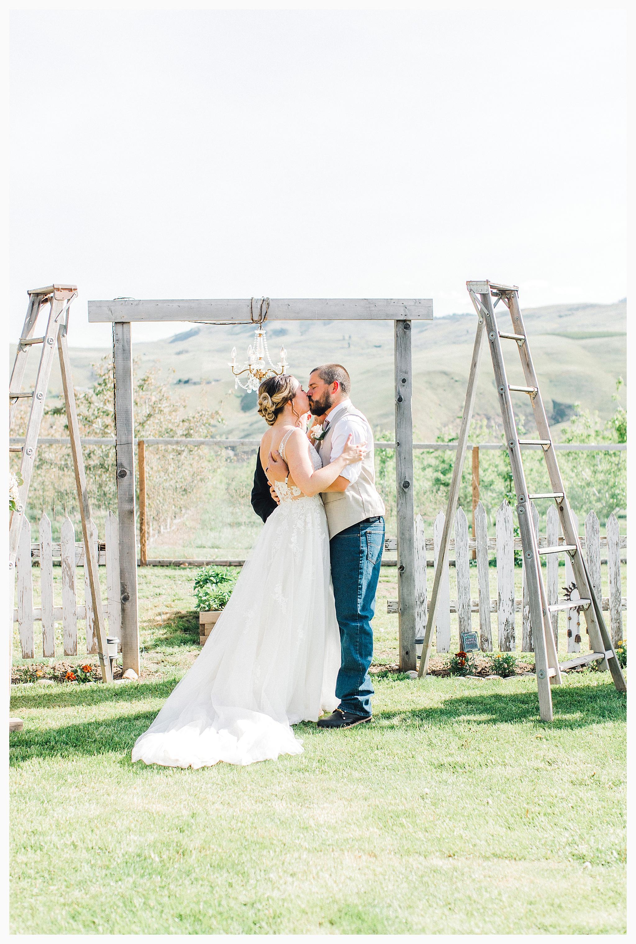 Rustic barn wedding in Wenatchee Washington at Sunshine Ranch on Easy Street, Emma Rose Company Seattle PNW Light and Airy Wedding Photographer_0063.jpg