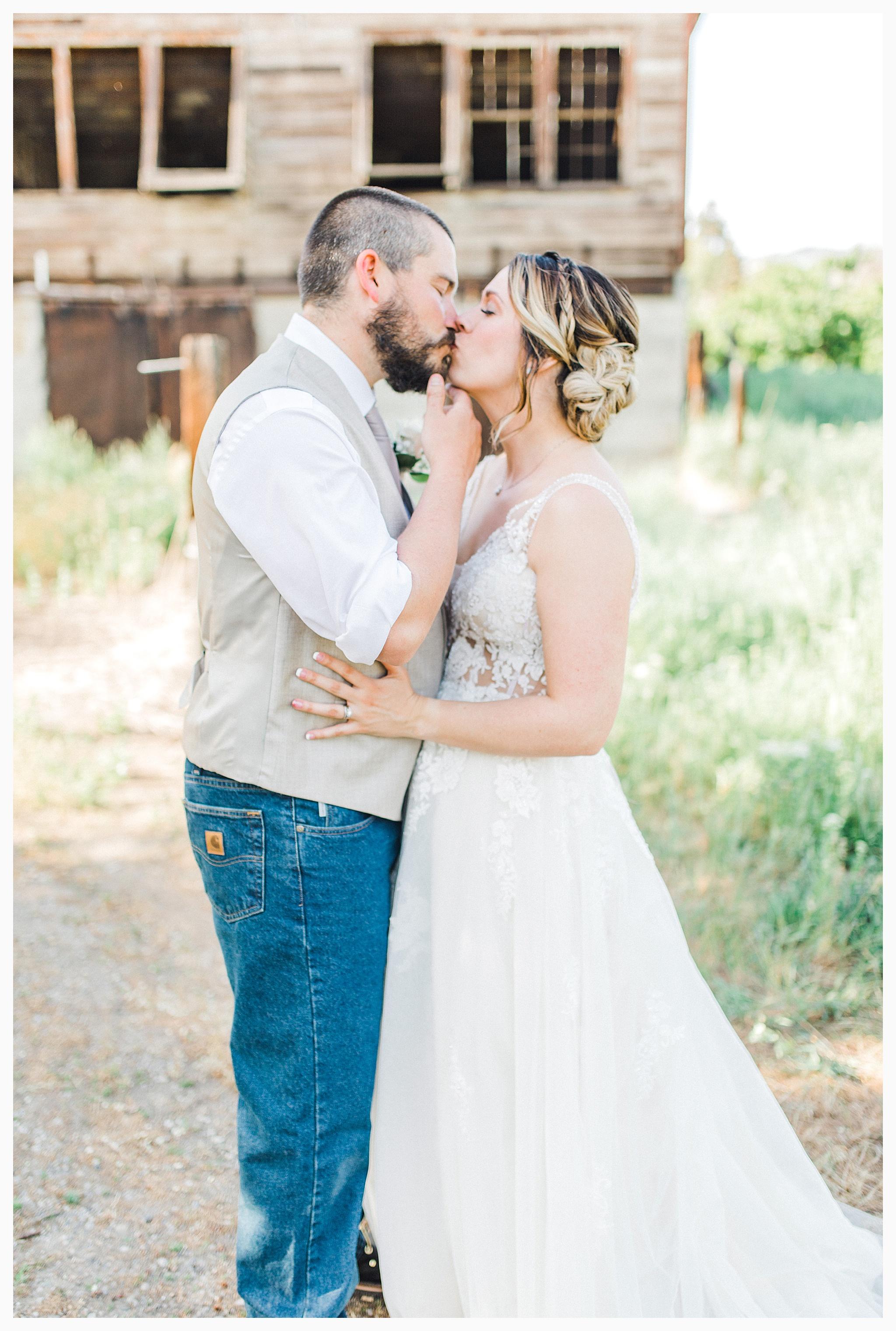 Rustic barn wedding in Wenatchee Washington at Sunshine Ranch on Easy Street, Emma Rose Company Seattle PNW Light and Airy Wedding Photographer_0087.jpg