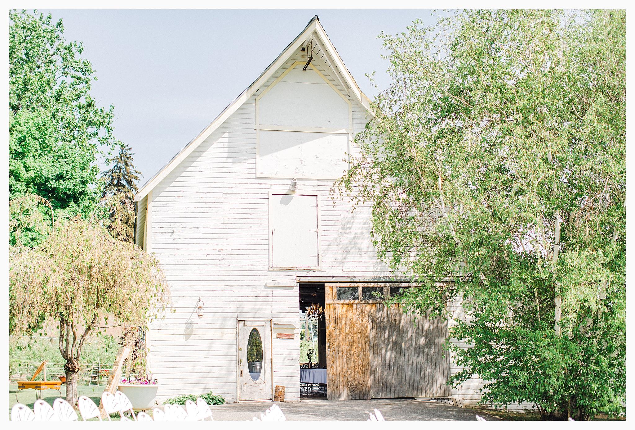 Rustic barn wedding in Wenatchee Washington at Sunshine Ranch on Easy Street, Emma Rose Company Seattle PNW Light and Airy Wedding Photographer_0099.jpg