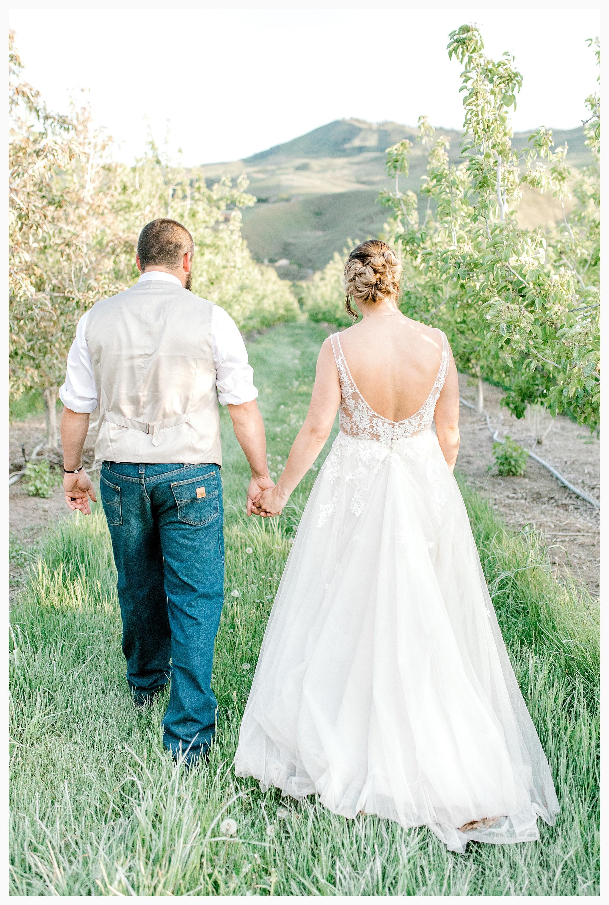 Rustic barn wedding in Wenatchee Washington at Sunshine Ranch on Easy Street, Emma Rose Company Seattle PNW Light and Airy Wedding Photographer_0131.jpg