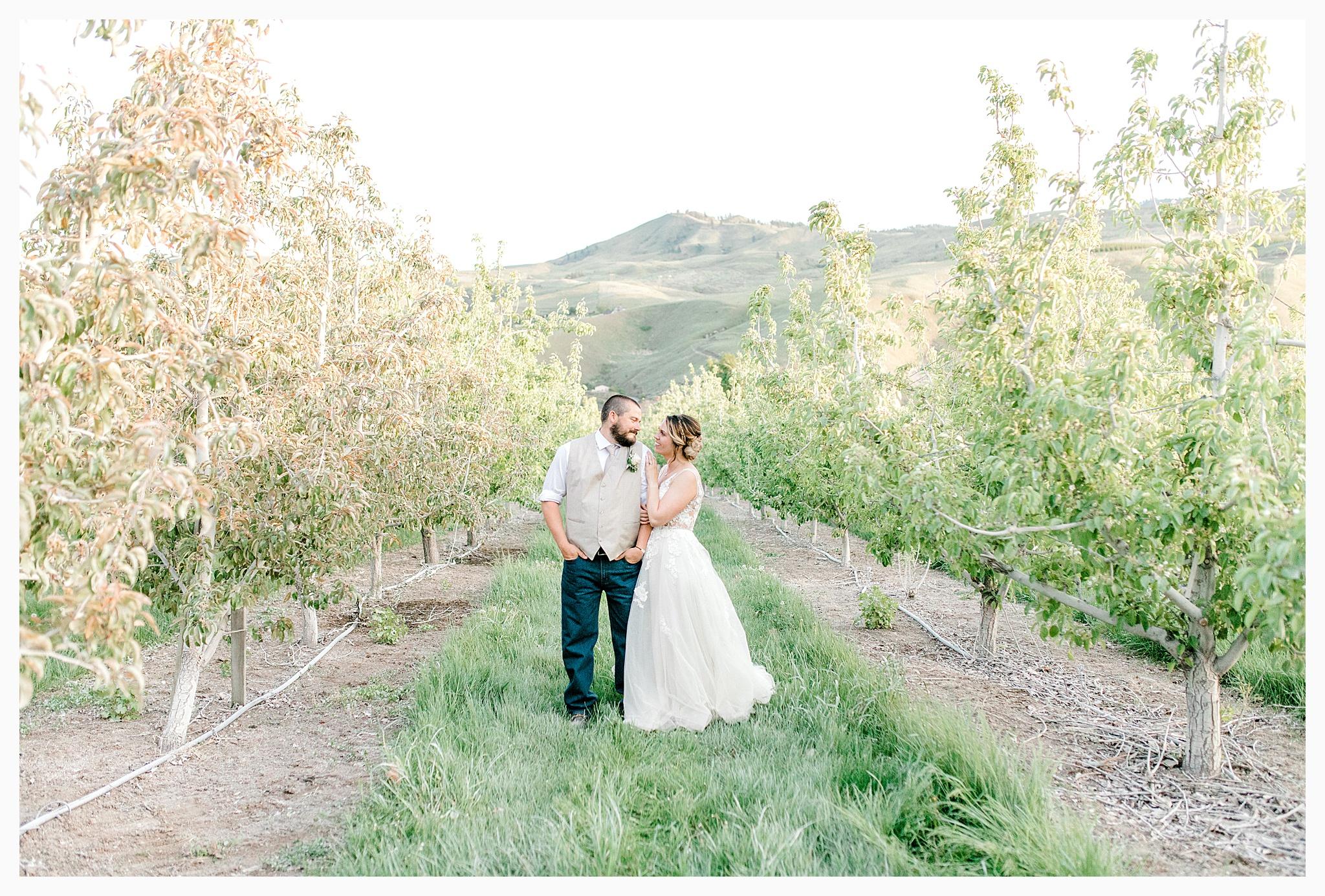 Rustic barn wedding in Wenatchee Washington at Sunshine Ranch on Easy Street, Emma Rose Company Seattle PNW Light and Airy Wedding Photographer_0134.jpg