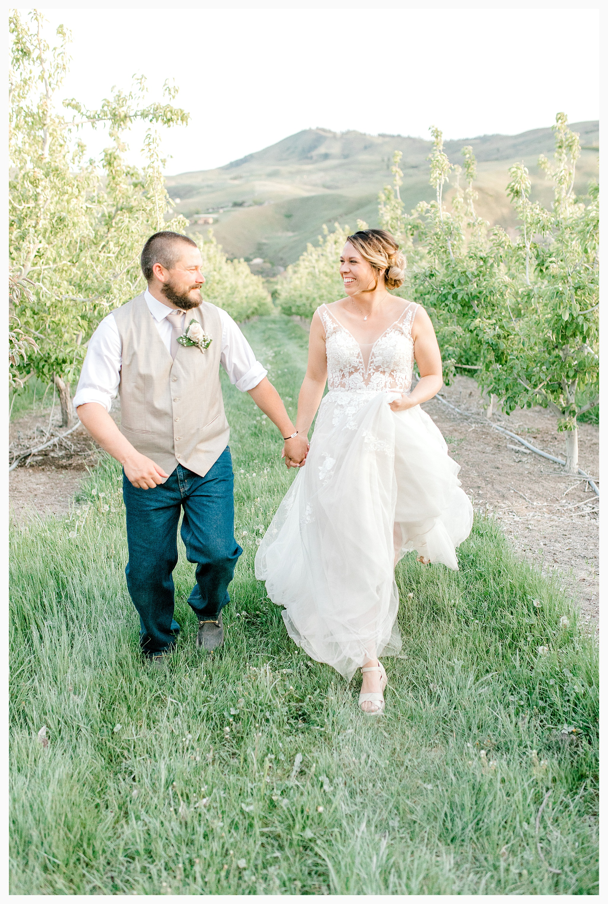 Rustic barn wedding in Wenatchee Washington at Sunshine Ranch on Easy Street, Emma Rose Company Seattle PNW Light and Airy Wedding Photographer_0135.jpg
