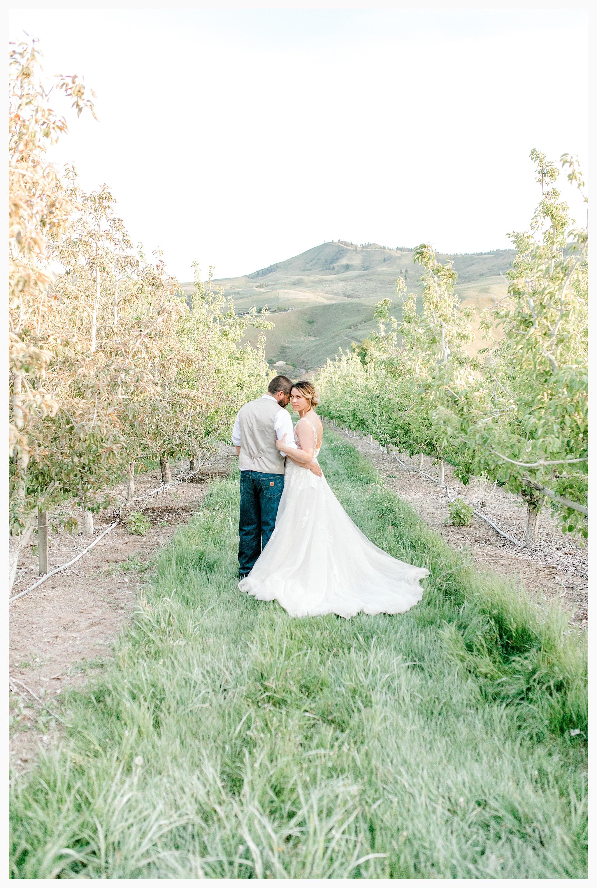 Rustic barn wedding in Wenatchee Washington at Sunshine Ranch on Easy Street, Emma Rose Company Seattle PNW Light and Airy Wedding Photographer_0136.jpg