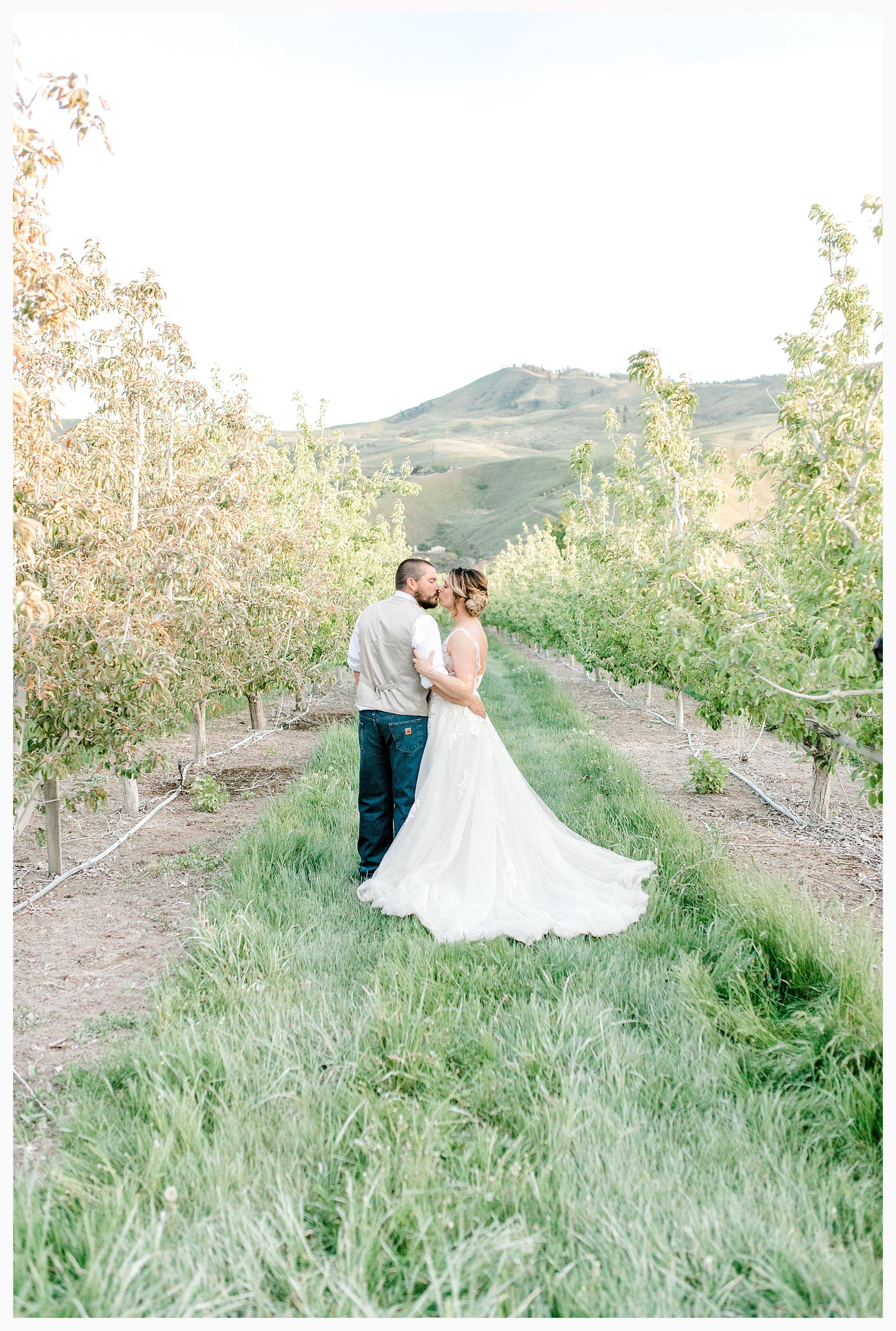 Rustic barn wedding in Wenatchee Washington at Sunshine Ranch on Easy Street, Emma Rose Company Seattle PNW Light and Airy Wedding Photographer_0139.jpg
