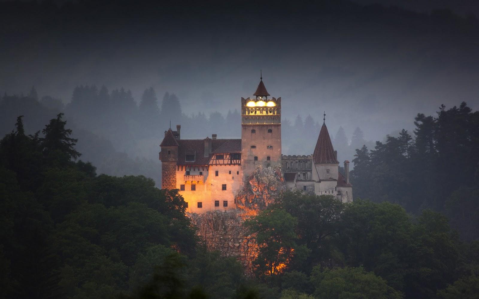 Bran Castle.http://thewondrous.com/wp-content/uploads/2014/09/The-Eerie-Bran-Castle-In-Transylvania.jpg