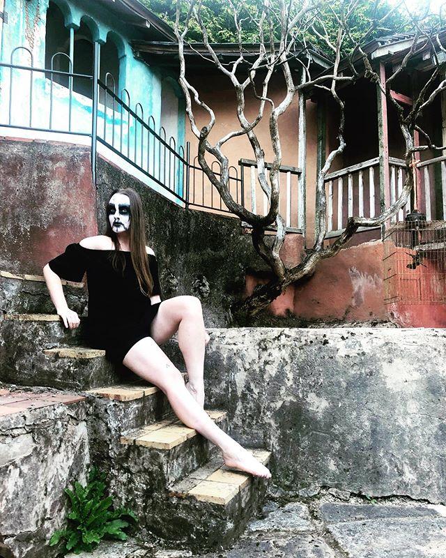 #gardeninspiration 🖤🖤🖤 . . . . . #corpsepaint #holidaylook #blackmetal #metalheadgirl #casualfashion