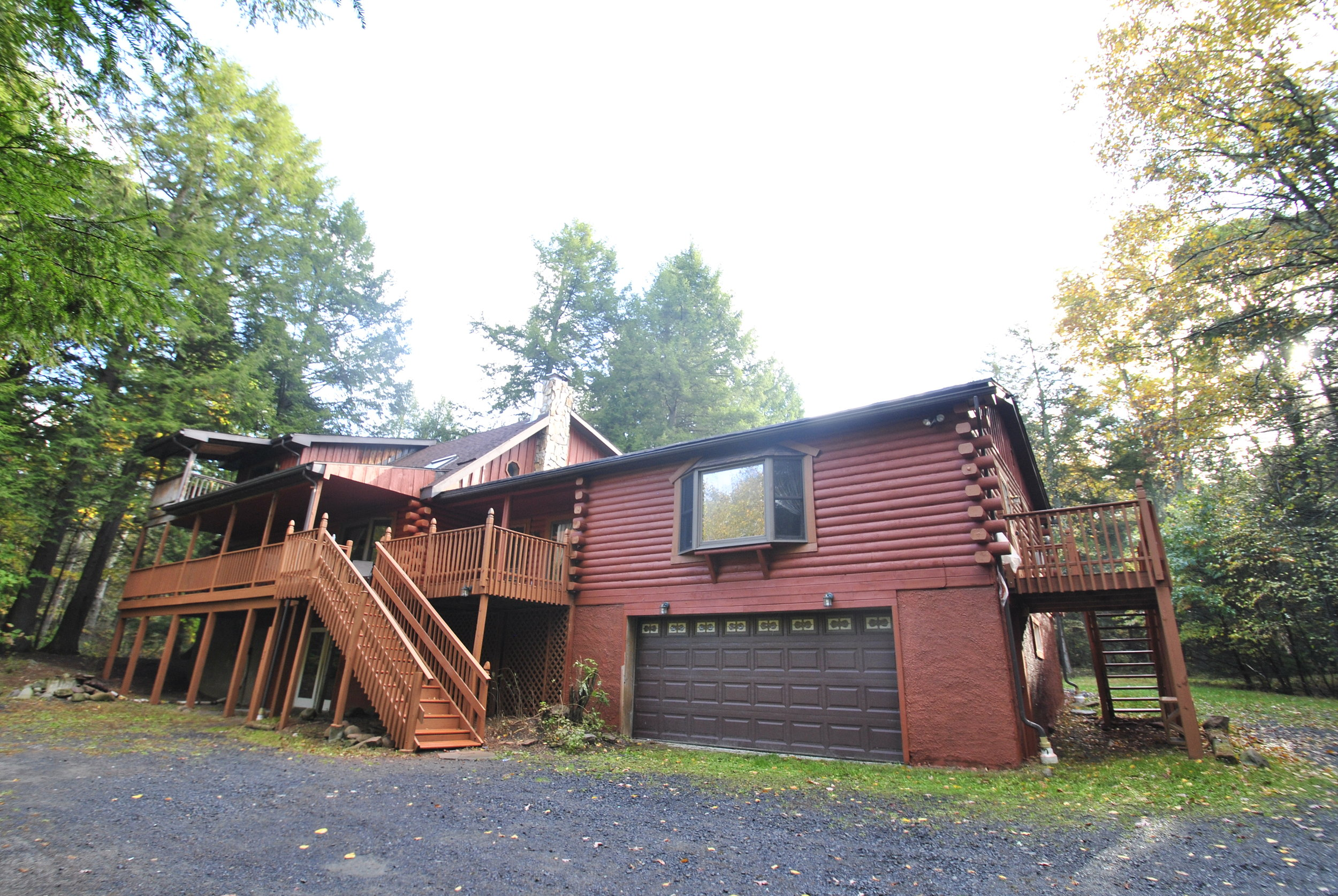 Great Lodge on Moonlight Drive: Creek front with Hot Tub - Pocono