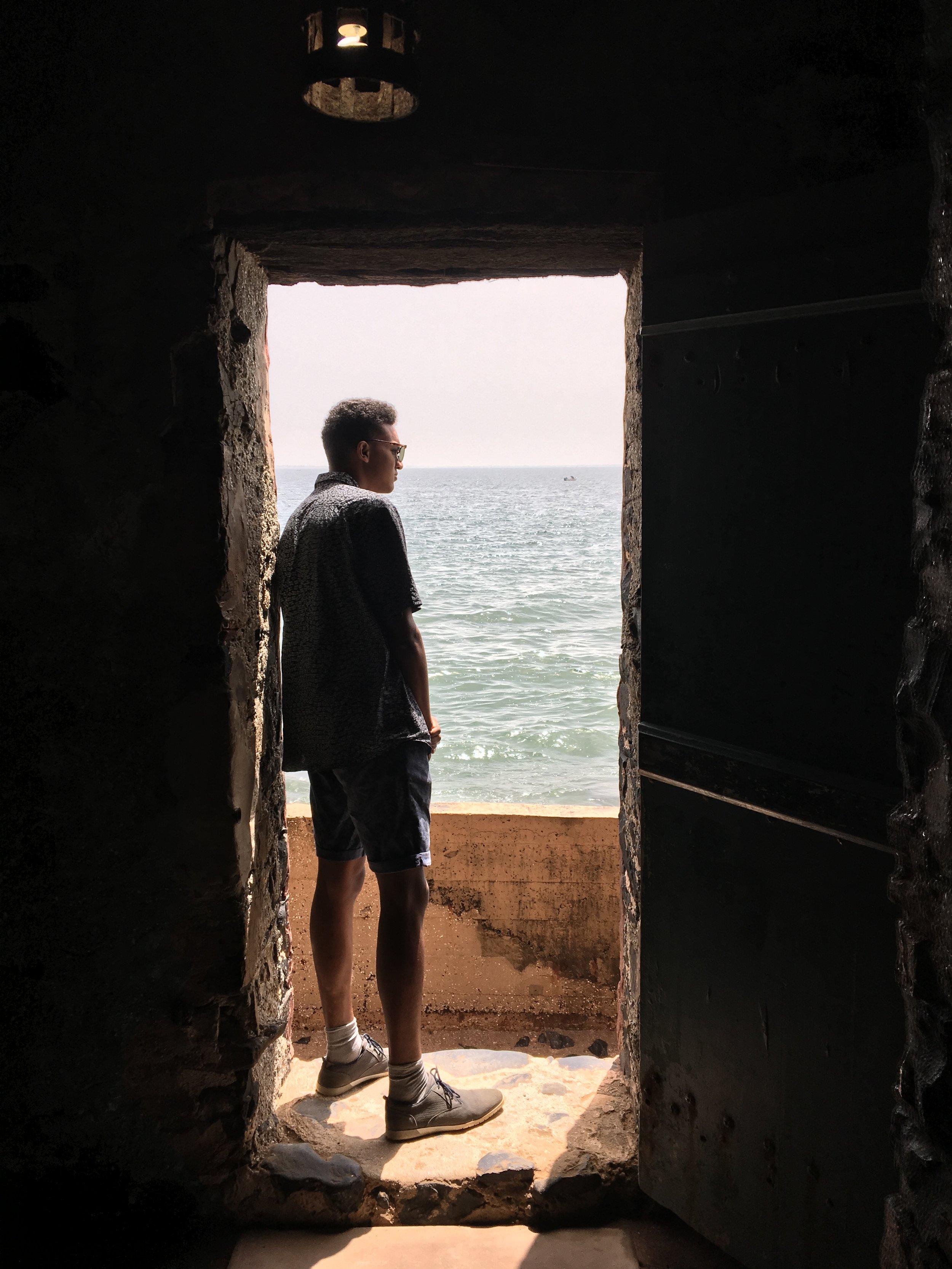 La maison des esclaves - Chadim staat in the door of no return -