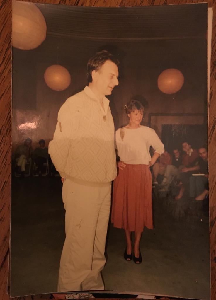 Mijn ouders aan het werk met een groep ergens in de jaren tachtig