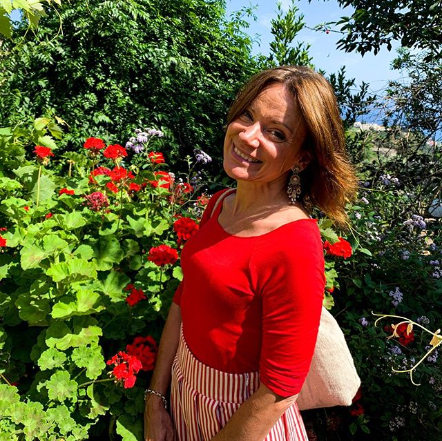 Quando sei qui con me questa stanza non ha più pareti ... Adoro questa canzone di Gino Paoli, che in questo momento, ha un significato ancora più profondo ❤️ Avvicinarmi con presenza e gentilezza alla natura scegliendo di coltivare un giardino mi ha permesso di abbracciare la realtà così com'è. Ho scoperto che l'imperfezione, l'incertezza e l'impermanenza fanno parte della vita così come fanno parte di un bellissimo giardino. La vita e il giardino sono le due facce di una stessa medaglia. La parola per questa domenica è ... COLTIVARE 🌸💕🙏🏼🍀🧚🏻♀️🧘♀️ #weekend #weekendmood #weekendoff #sundaymood #happy #officinadiceline #friends #weekendvibes #fun #goodmorning #life #party #mood #relaxing #enjoy #saturday #sunday #nicetime #chillout #goodtime #gooddays #goodweekend #weekendgetaway #weekendaway #weekendstyle #red #flowerpower #weekendlove #weekendready