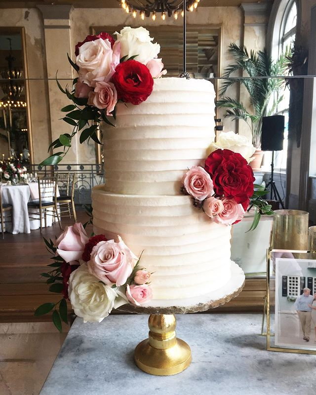 Luckily hurricane Florence didn't make it down to Savannah and Saturdays wedding was still on at @garibaldi_savannah with @taraskinnerevents !  Back to the basics with this buttercream cake and beautiful flowers from @harveydesignssavannah !