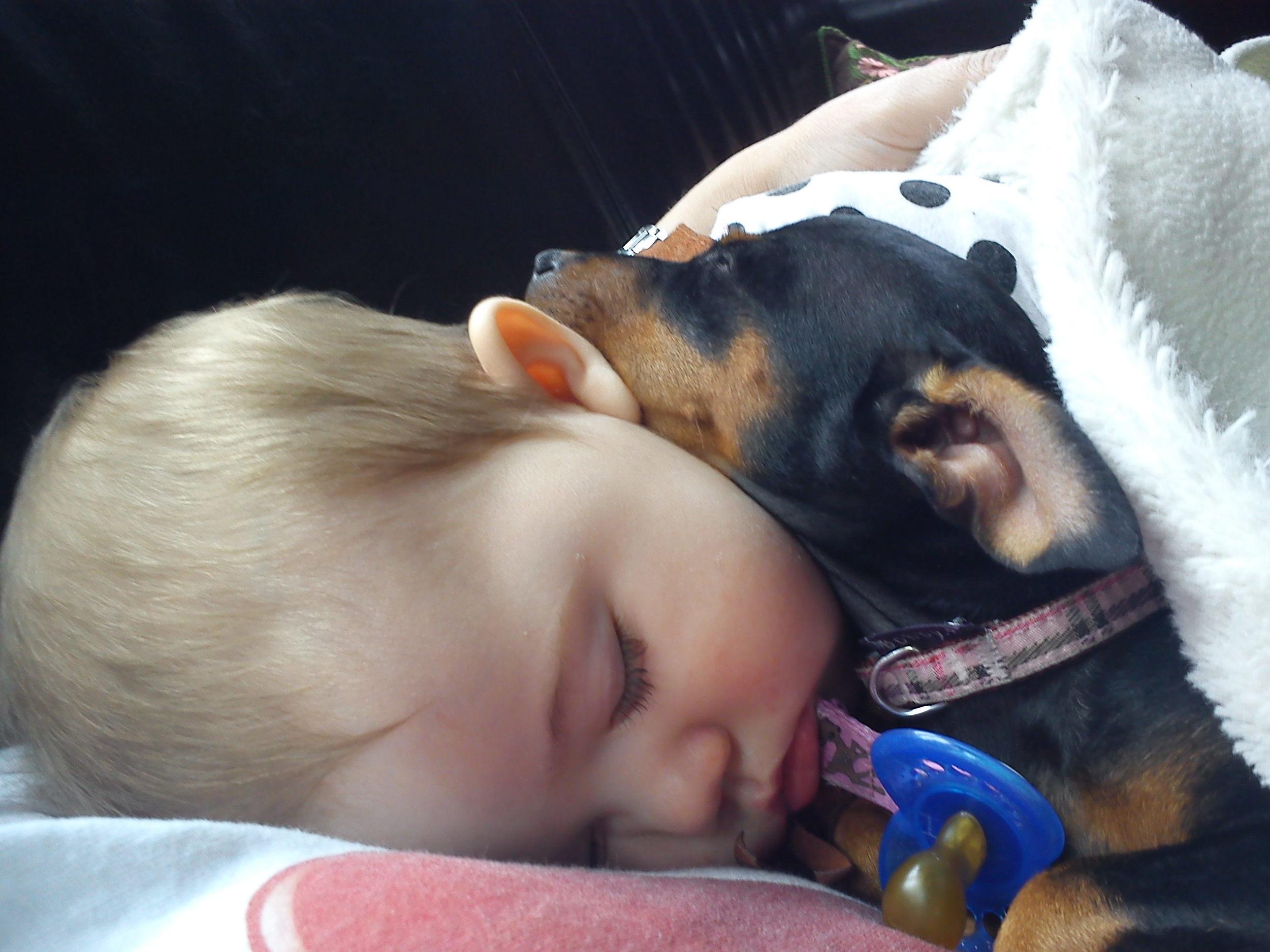 Nemi babysitting Debora